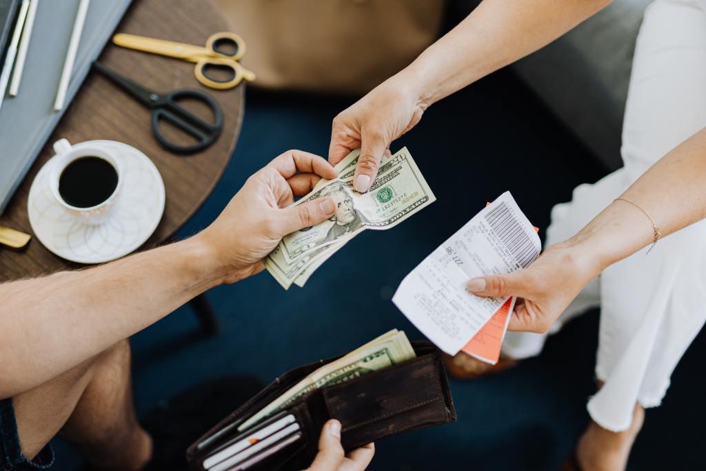 準時繳交卡費、各種帳單,以提升信用評分