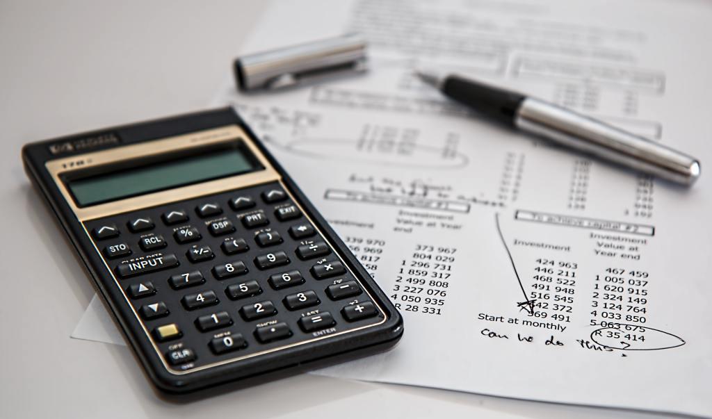 如果想利用負債整合來節省利息、降低月付金,別忘了各家銀行信貸申辦,都會收一筆手續費,有些銀行稱開辦費,通常是6,000~9,000元左右,也是一筆不小的費用,記得要把手續費加進去計算,評估是否要進行負債整合。